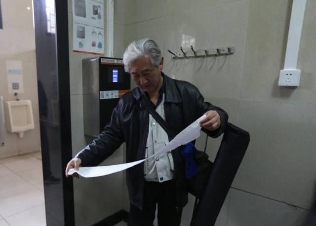 toilet_paper_stealing6