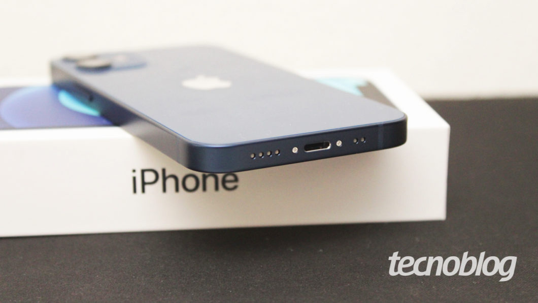 Alto-falante e porta Lightning do iPhone 12 Mini (imagem: Emerson Alecrim/Tecnoblog)